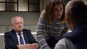 Juan Echanove y Michelle Calvó, en 'Desaparecidos. La serie'.