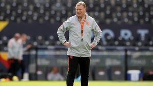 Koeman, en un entrenamiento con la selección holandesa.