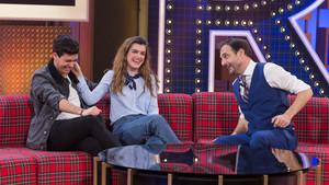 Alfred y Amaia, con Robert Vilar, en el programa de Antena 3 La noche de Rober.