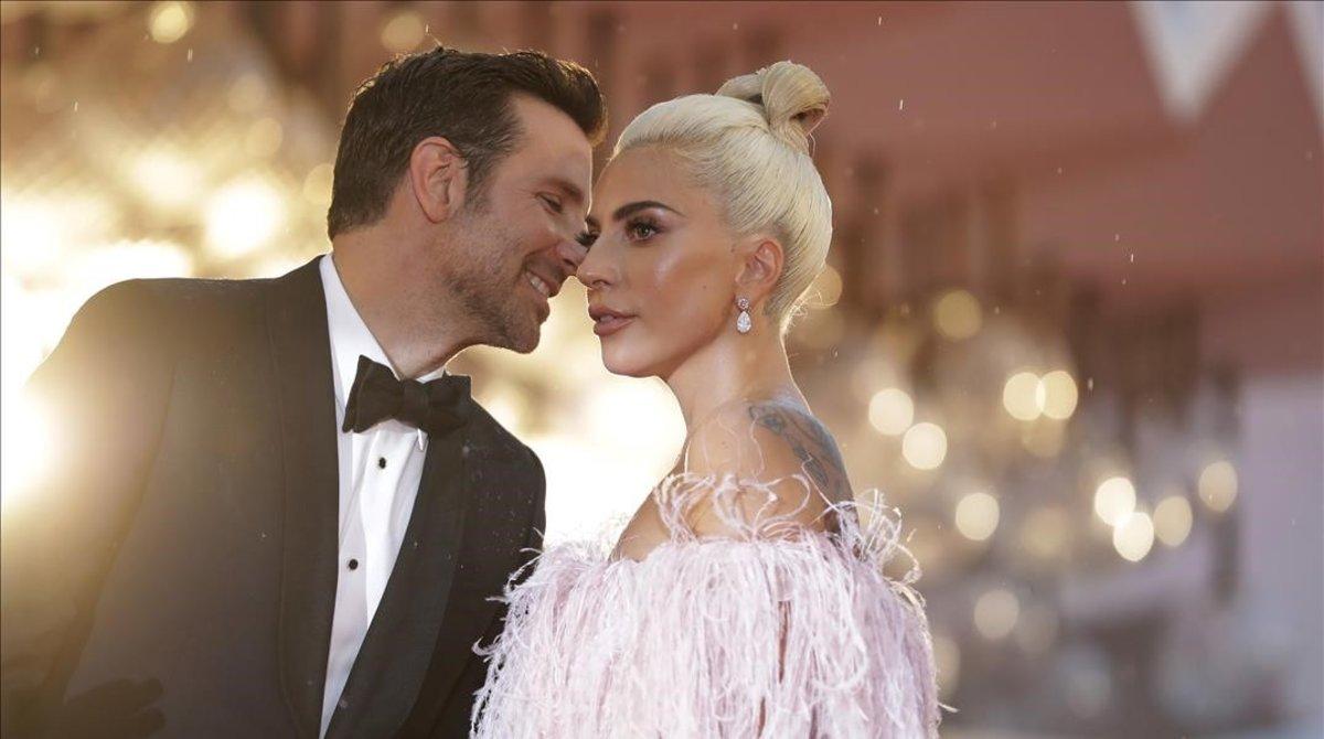 Lady Gaga y Bradley Cooper posan en la alfombra roja del Festival de Cine de Venecia, el 31 de agosto del 2018.