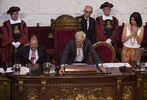 L'alcalde de València, Joan Ribó, diposita la vara de comandament sobre la taula, després de rebutjar-la simbòlicament.