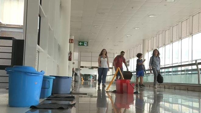 Las intensas lluvias dejan goteras en la T1 del aeropuerto de El Prat.