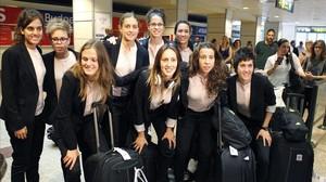 Las jugadoras de la selección española de fútbol se fotografían a su llegada al aeropuerto de Barajas.