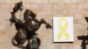 Lazo amarillo en el Pati dels Tarongers, el pasado 19 de marzo.