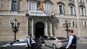Pancarta en apoyo a los presos y el lazo amarillo,en el balcón del Palau de la Generalitat.