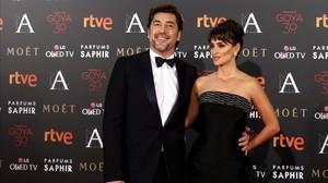 Javier Bardem y Penélope Cruz posan a su llegada a los Premios Goya, en febrero del 2016.