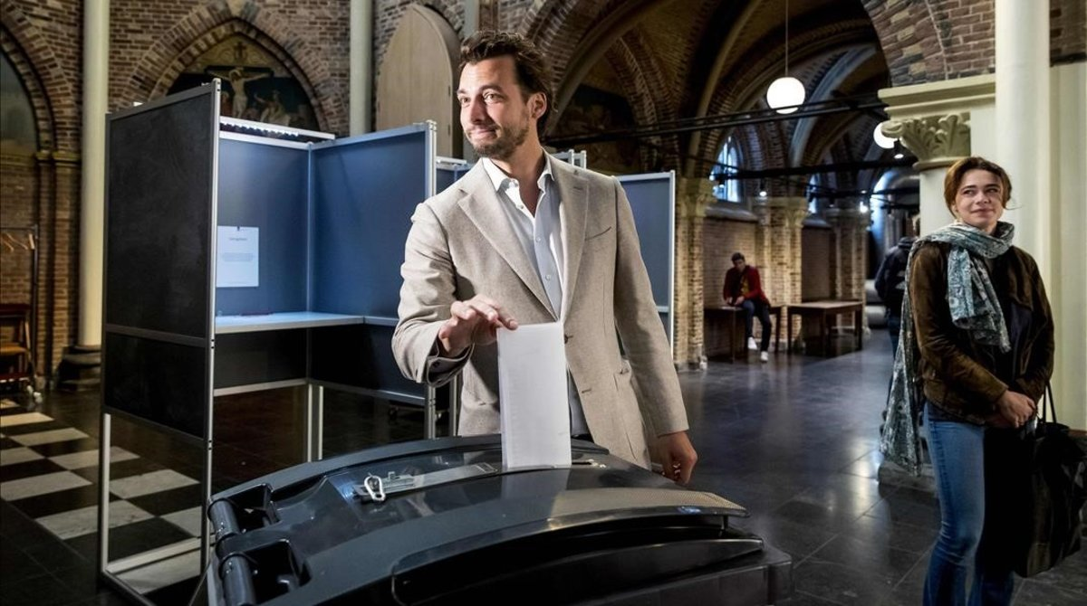 El líder del partido holandés Foro por la Democracia, Thierry Baudet, deposita su voto durante las elecciones europeas.