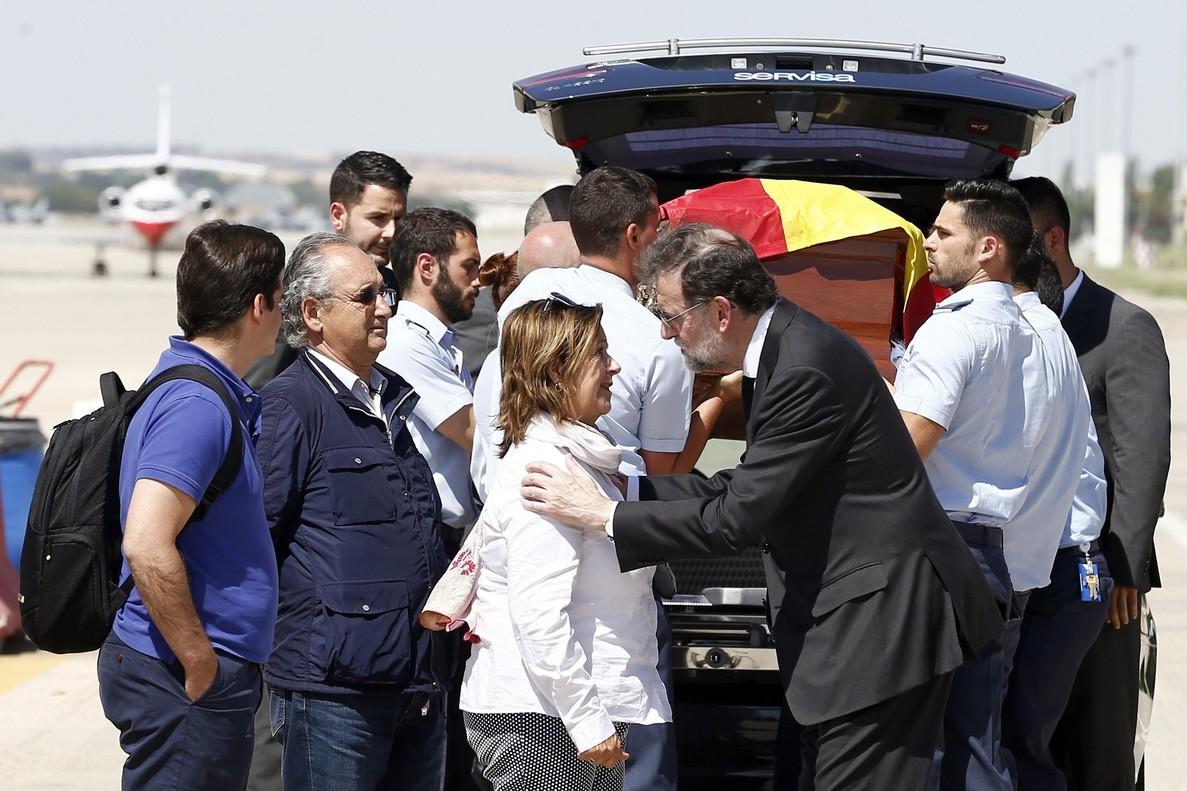 El presidente del Gobierno Mariano Rajoy saluda a la familia de Ignacio Echeverría, el joven fallecido el sabado pasado en los atentados de Londres, a la llegada del feretro del joven hoy en la base aerea de Torrejón de Ardoz.