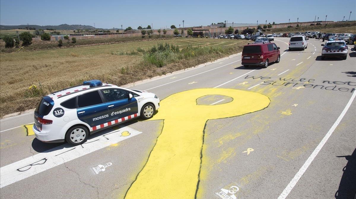 El pasado 4 de julio llegaron a Lledoners los políticos independentistas presos. En la foto, parte del convoy en la carretera de acceso.