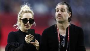 Lady Gaga y su prometido Christian Carino.