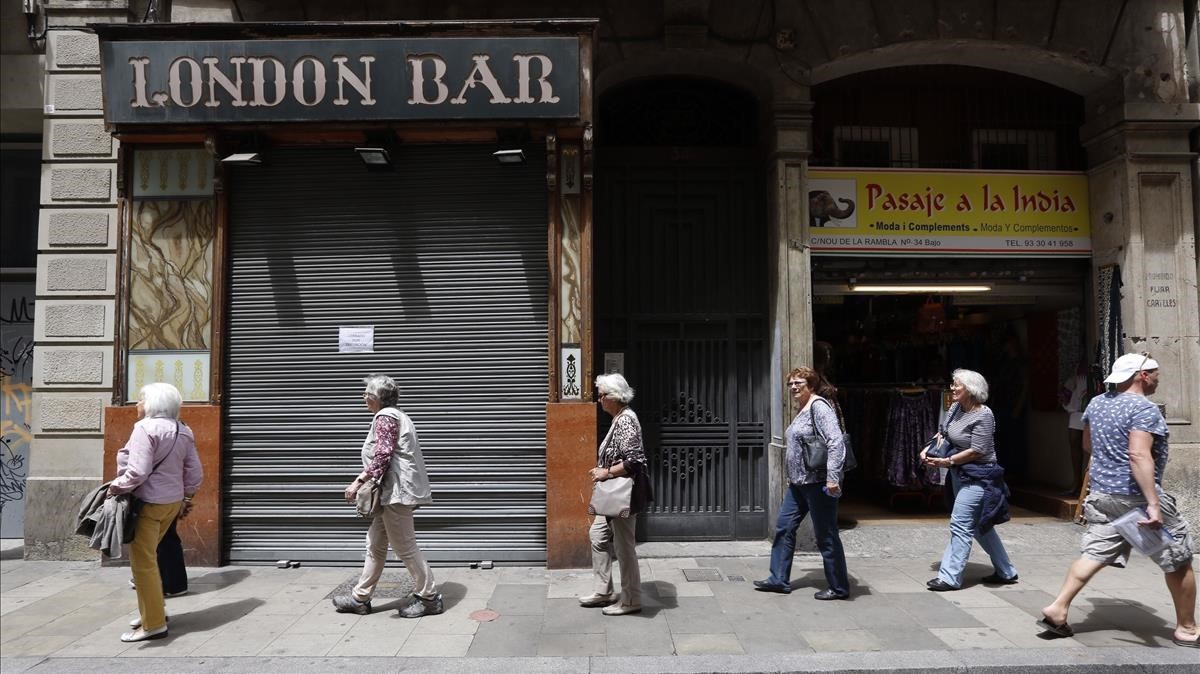 El London Bar, con las persianas bajadas.
