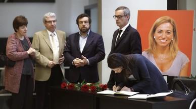 Los dirigentes de Ciudadanos Ines Arrimadas, firmando, Jose Manuel Villegas y Miguel Angel Gutierrez junto al periodista Casimiro Garcia-Abadillo en la sede del Psoeen Madrid.