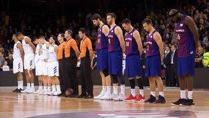 Los jugadores de ambos equipos guardan un minuto de silencio por la muerte del padre de Navarro.
