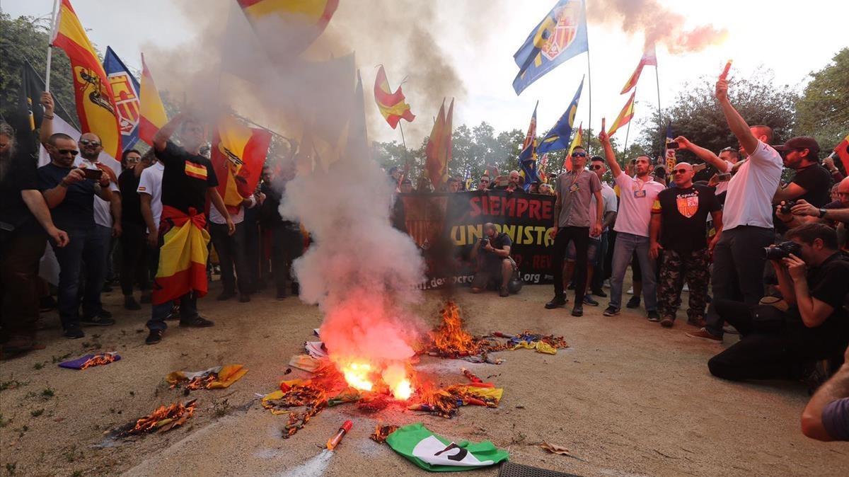 Quema de 'estelades' en la marcha ultra en Montjuïc.
