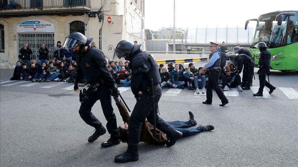 Los Mossos desalojan a los huelguistas concentrados en la estación del Norte, de Barcelona.