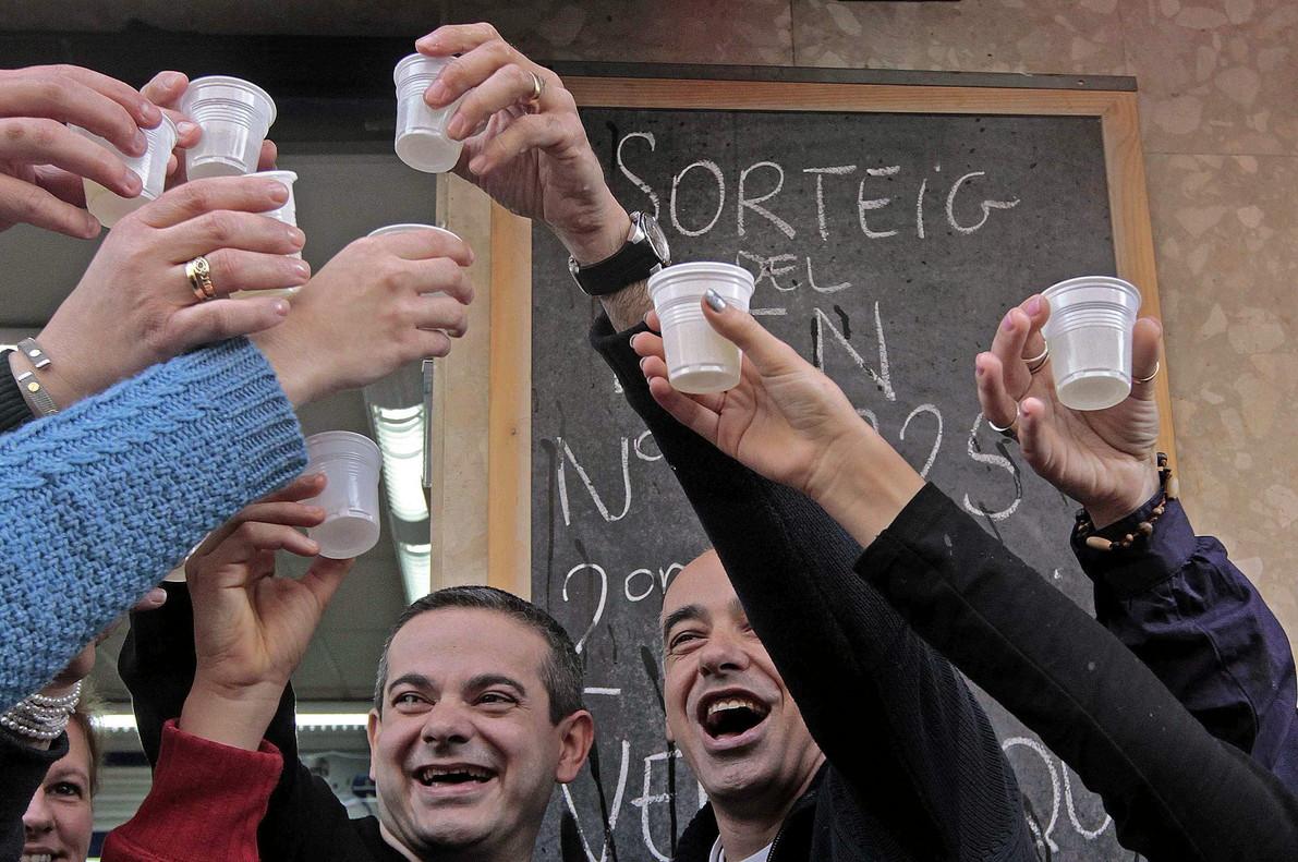 Los propietarios de la Administración nº 13 de LHospitalet de Llobregat, celebrando hace cinco años, el haber vendido el segundo premio del sorteo de El Niño.