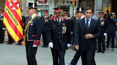 Los responsables de los Mossos d'Esquadra, tras hacer la ofrenda floral ante el monumento a Rafael Casanova.