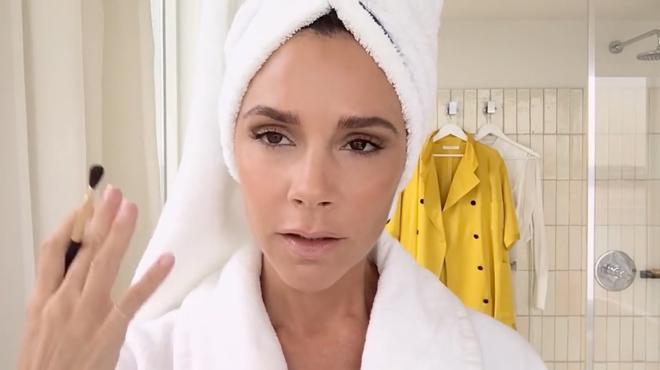 Victoria Beckham: Como maquillarse en solo cinco minutos.