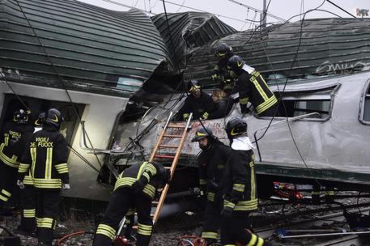 Los servicios de emergencias, en el lugar del siniestro, a la entrada de Milán.