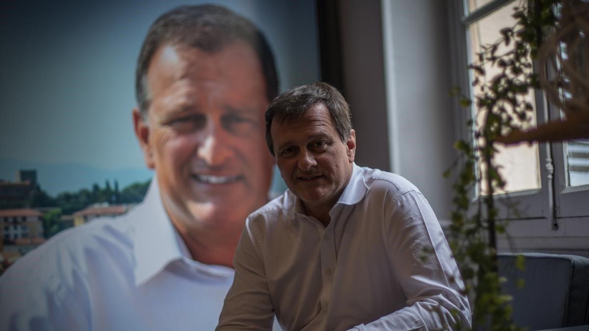 Louis Aliot, candidato apoyado por Reagrupación Nacional para las municipales de Perpinyà, en la sede de su campaña.
