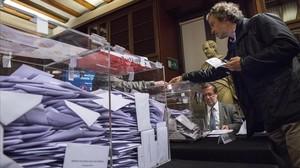 Los socios del Ateneu Barcelonès esperansu turno para votar en el Palau deSavassona, la tarde del jueves.