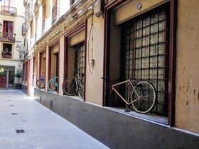 Bicicletes ancorades al passatge del Rellotge, al barri Gòtic de Barcelona. Foto del lector Pere Guiu (Barcelona).