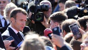 Macron responde a los periodistas después de la ceremonia por el General de Gaulle.