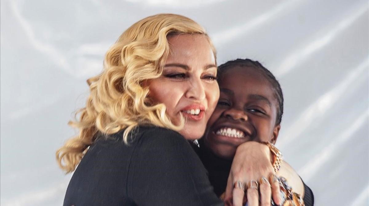 Madonna inaugura un hospital de niños en Malawi.