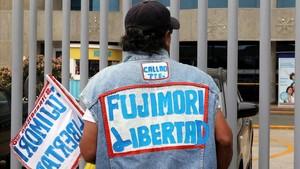 Un manifestante lleva adheridoa su ropa un mensajeen el que pide la libertad de Fujimori, este sábado, en Lima.