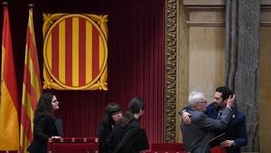 Ernest Maragall felicita a Roger Torrent tras ser elegido presidente del Parlament.