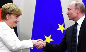 Merkel y Putin estrechan las manos tras el encuentro quye han mantenido en la ciudad rusa de Sochi.