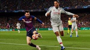 Messi y Van Dijk, en el Barça-Liverpool del año pasado.