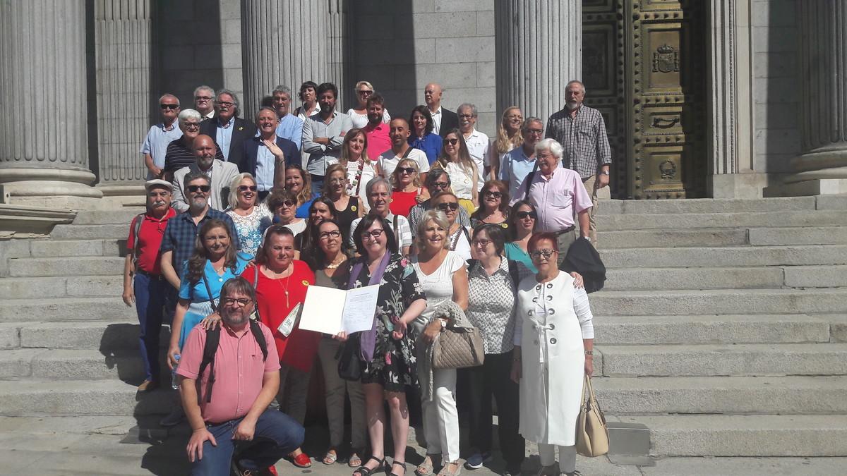 Miembros de las asociaciones de bebés robados junto a varios diputados, esta mañana en el Congreso