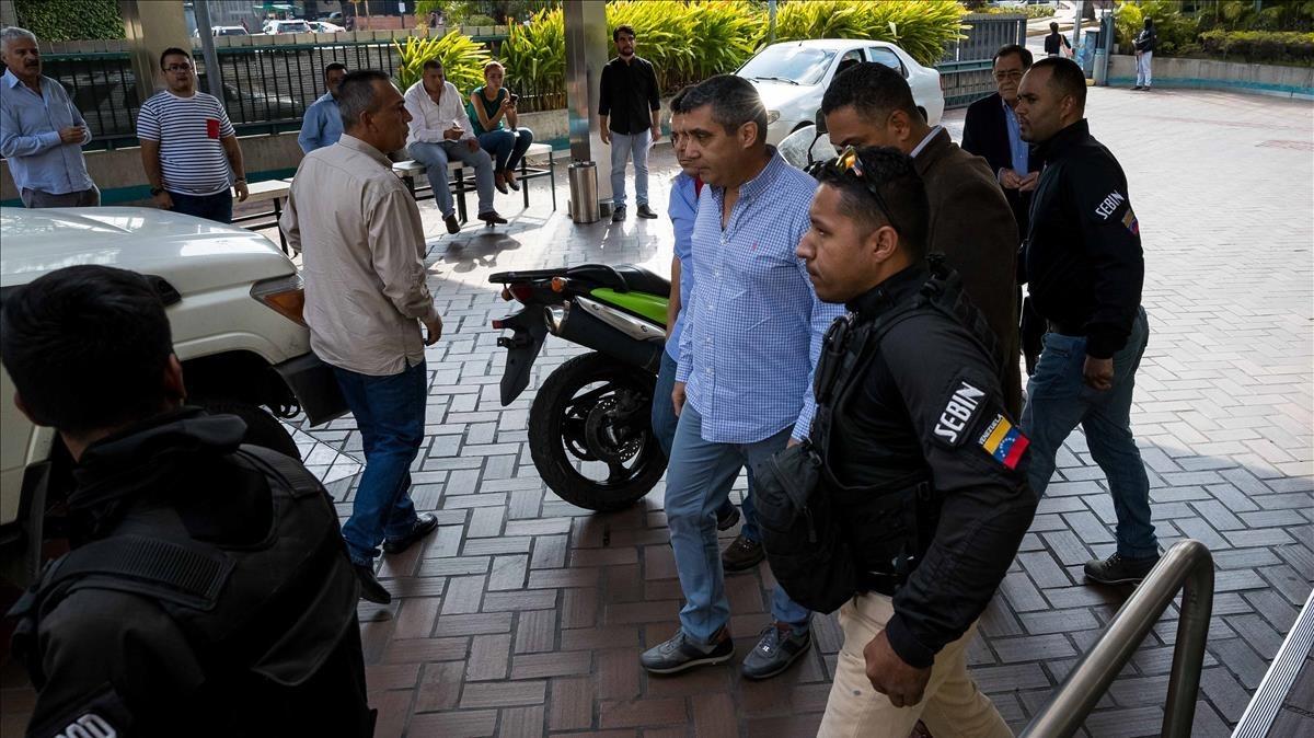 Momento en que funcionarios policiales detienen al exministro venezolano de Interior Miguel Rodriguez Torres, en el centro de la imagen con camisa azul.