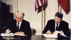 Mikhail Gorbachev y Ronald Reagan sellan el acuerdo nuclear.
