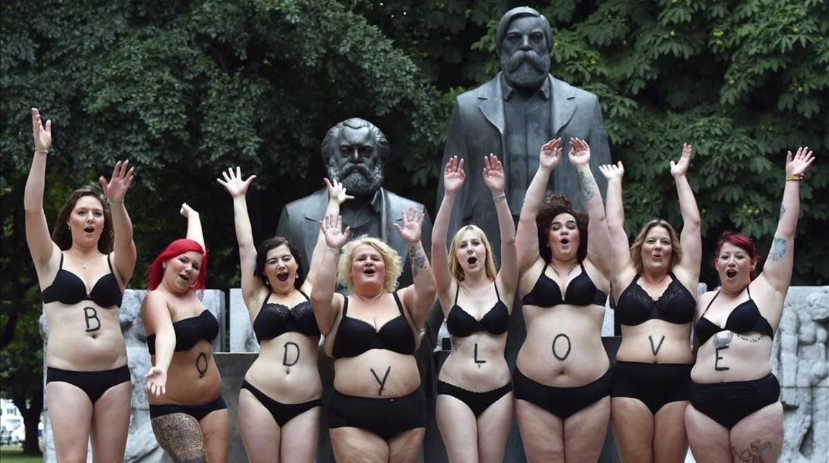 Modelos de tallas grandes para los estandares del mundo de la moda se manifiestan a favor de una imagen real de la mujer.
