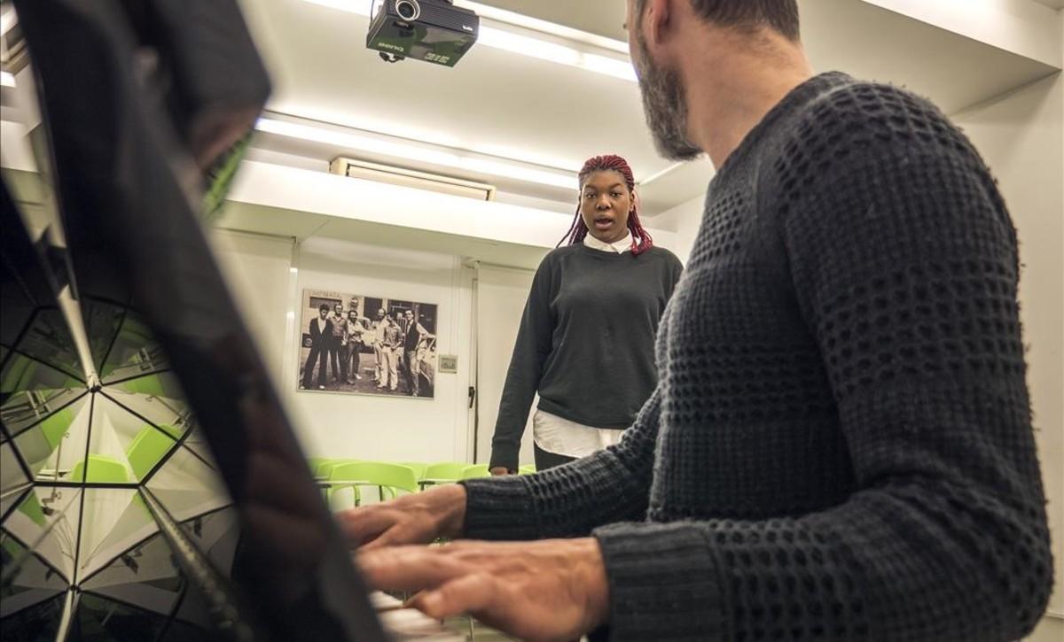 Monique Makon ensaya su voz en las instalaciones del Taller de Músics.