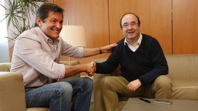 Javier Fernández y Miquel Iceta, este lunes, durante la reunión que han mantenido en la sede del PSOE en Madrid.