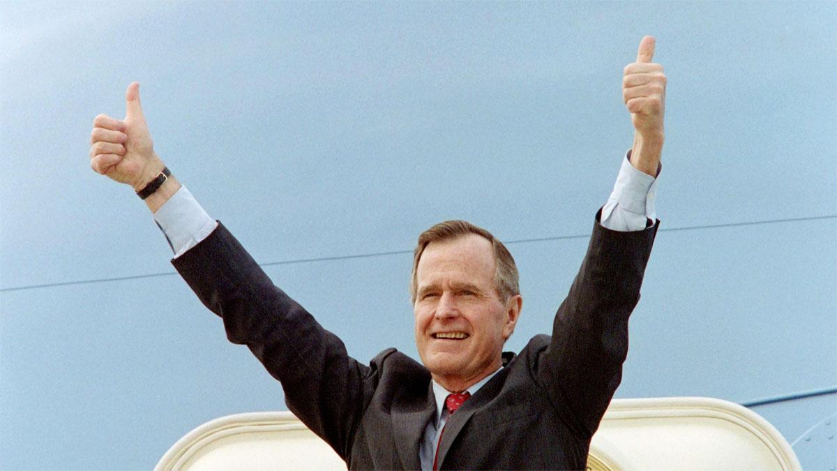 George Bush en las escaleras del AIr Force One, en un imagen de 1992.