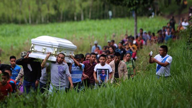 Varias personas cargan hoy el féretro de la menor Jakelin Caal Maquín durante un recorrido hasta el cementerio de la comunidad de San Antonio Secortéz (Guatemala).