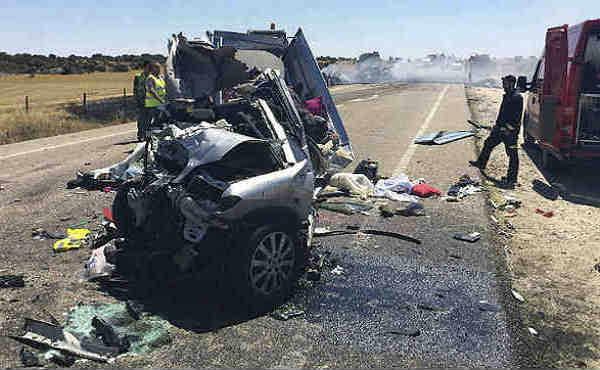 Tres menores de edad han fallecido al chocar el turismo en el que viajaban con un camión.