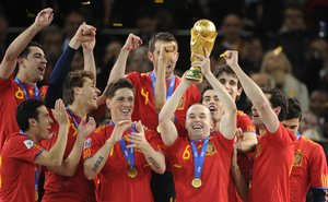 Los jugadores de laselección española celebran la victoria en la final del Mundial de Sudáfrica disputada contra Holanda en Johannesburgo el 11 de julio del 2010.