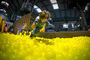 Nens jugant al Festival de la Infància de Barcelona (fins al 4 de gener).