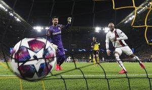 Neymar observa como entra el balón en la portería alemana tras marcar el único gol de su equipo en la Champions.
