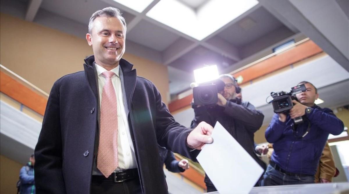 Norbert Hofer deposita su voto en un centro electoral en Pinkafeld (Austria), este domingo.