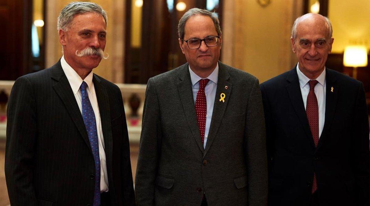 El norteamericano Chase Carey, CEO de la F-1, Quim Torra y Vicenç Aguilera, hoy, en el Parlament.