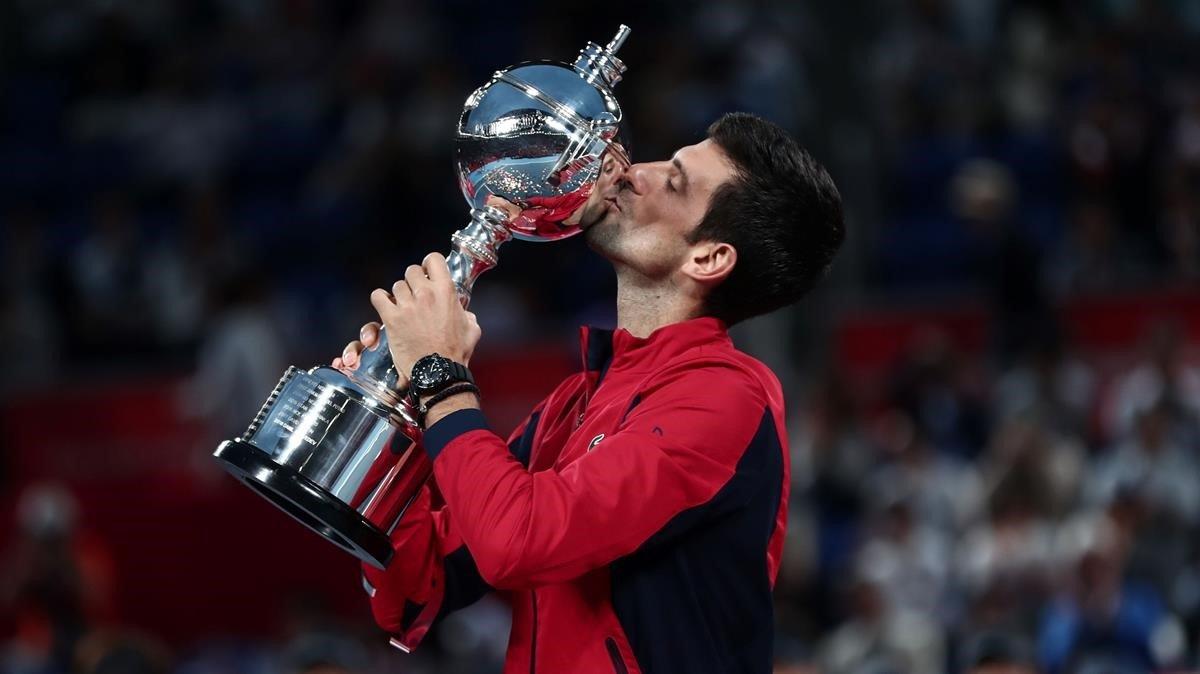 Novak Djokovic besa el trofeo del torneo de Tokio.