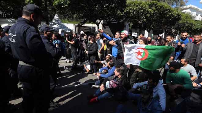 Nuevas protestas en Argel para exigir a Buteflika que no se presente a las elecciones. En la foto, manifestantes en la capital de Argelia, el viernes.