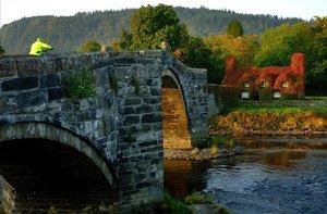 Paisaje otoñal en Llanrwst, en Gales.
