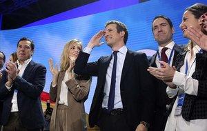 Pablo Casado, su esposay parte de la cúpula del PP, en laclausura de la convención nacional, este domingo en Madrid.
